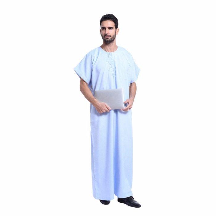 Abaya pour homme bleu avec manches courtes et poche.