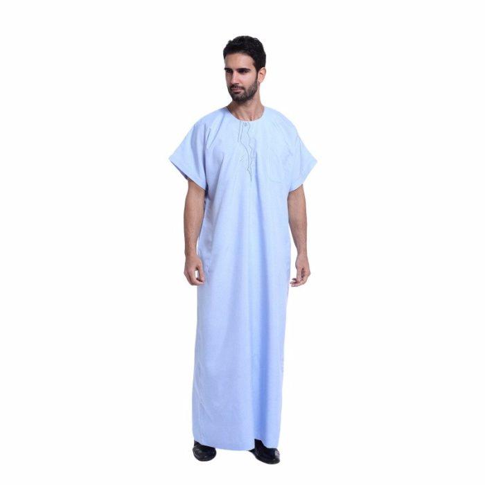 Qamis pour homme bleu avec manches courtes et poche.