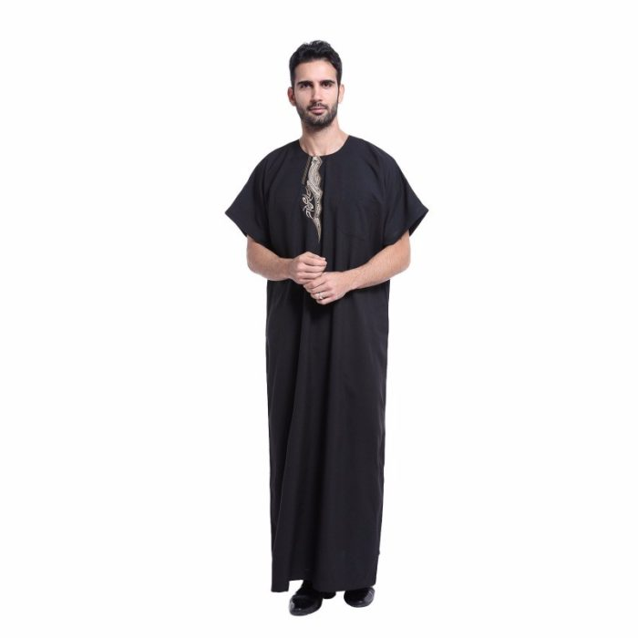 Qamis pour homme noir avec manches courtes et poche.